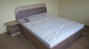Spintelė prie lovos kairėje