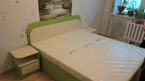 Spintelė prie lovos žalia